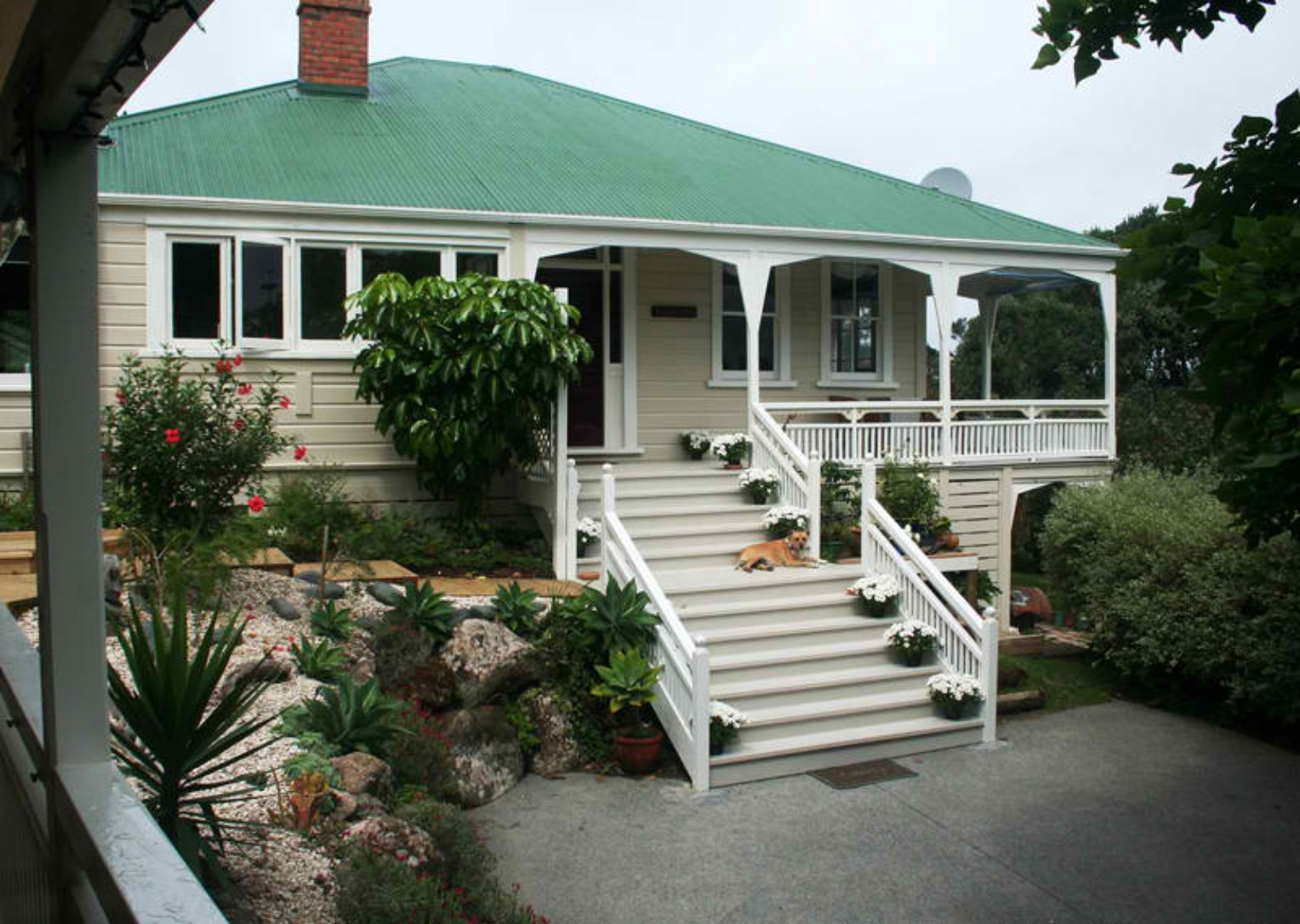 A house with bushes in front of a building at Villa Russell.