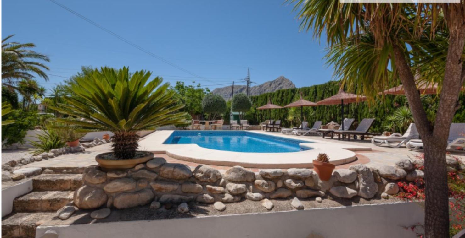 A pool next to a palm tree at Villa da Marta - B&B.