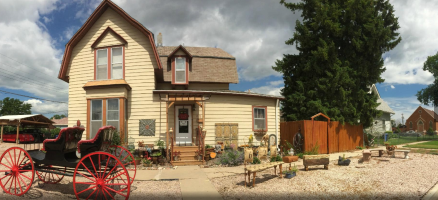A horse drawn carriage in front of a house at Amie St.Jéan Bed and Breakfast.