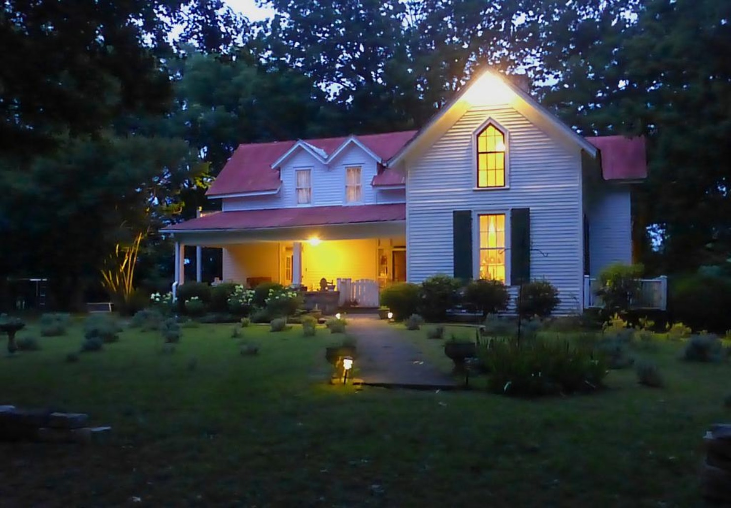A view of a house at Mulberry Lavender Farm and B&B.