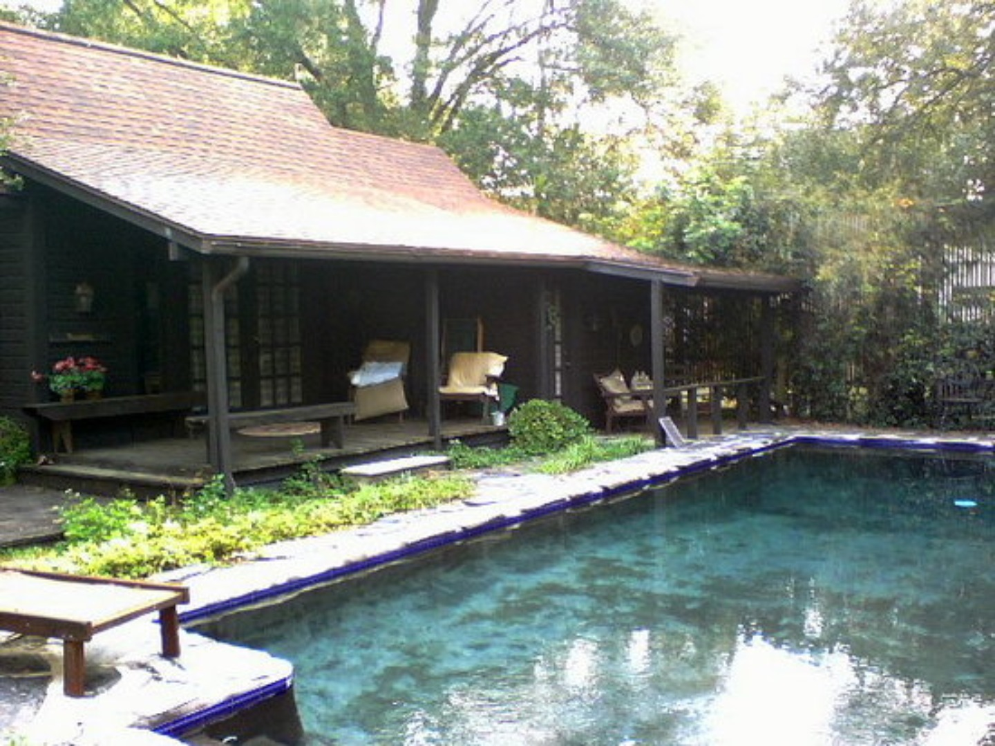 A small house in a pool at Behind the Fence Bed & Breakfast.