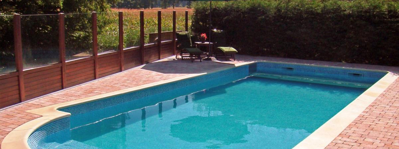 A large pool of water at Woodside Belgium B & B.
