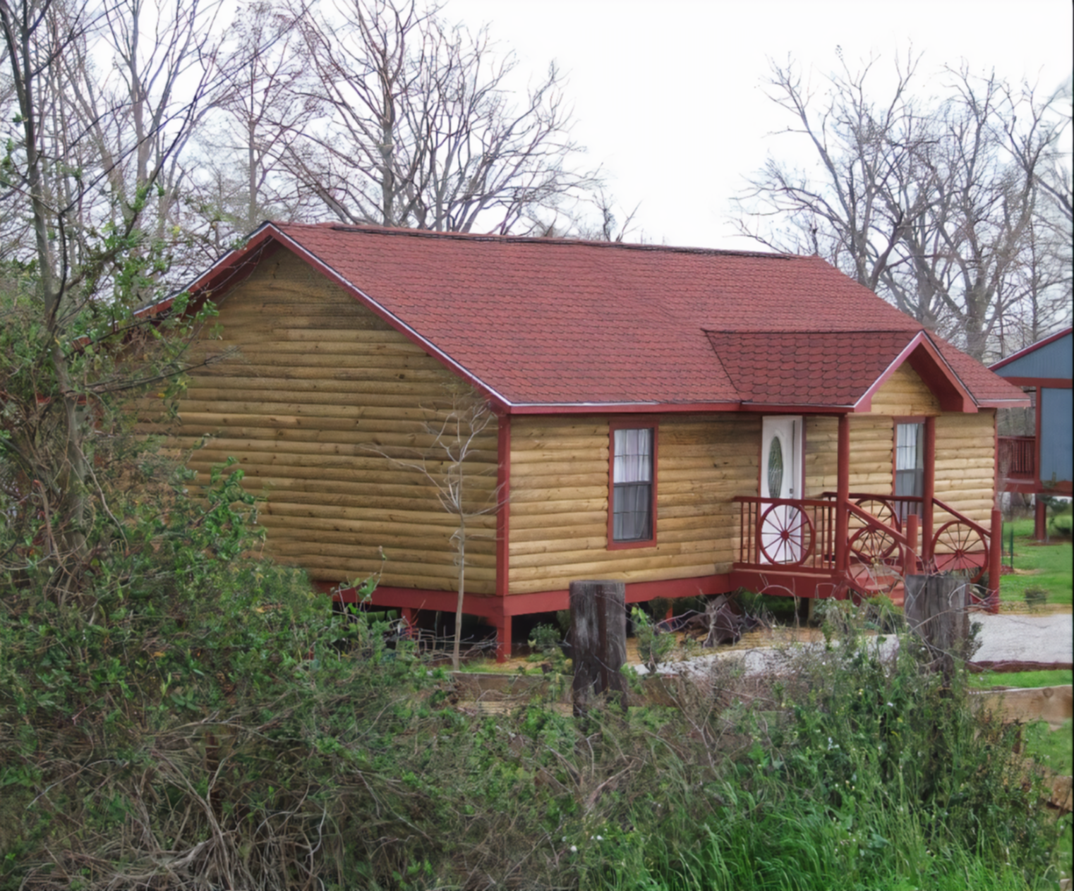 A wooden house at Susan's Cottages.
