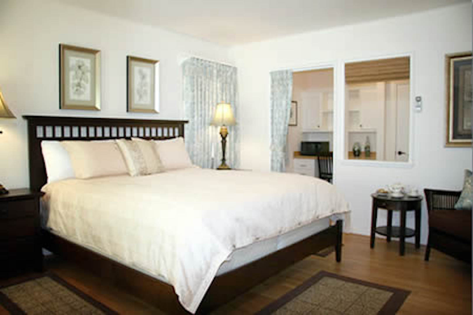A bedroom with a large bed in a hotel room at The Ojai Retreat.