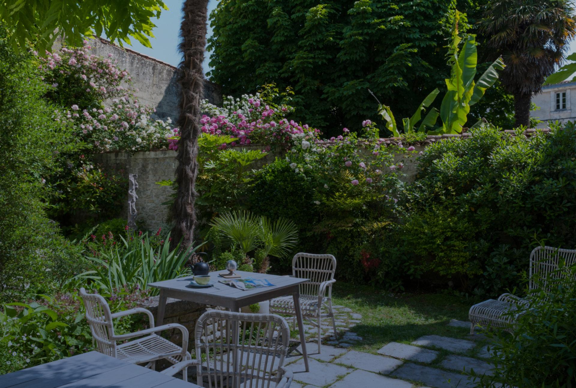 A bench in a garden at Eden Ouest .