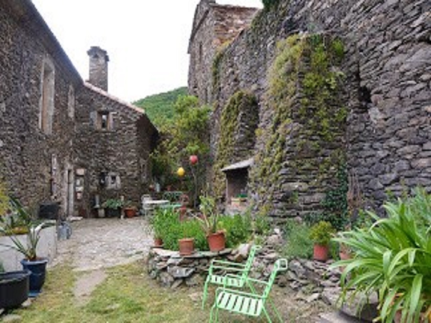 A stone building that has a rocky path at La Bastide de Tremiejols.