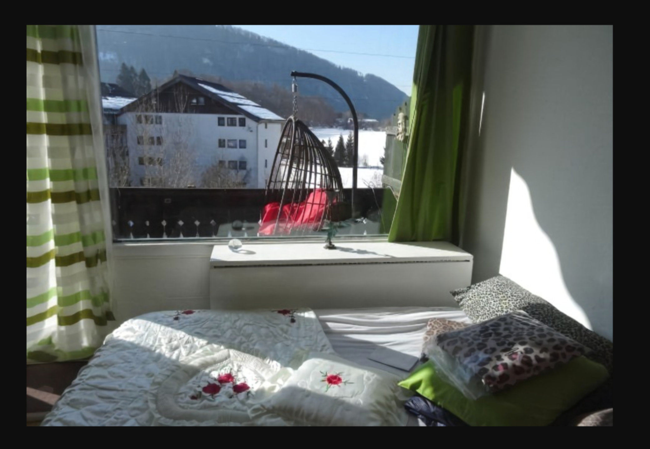 A bedroom with a bed and a window at 2-Zimmer am Nussensee mit Bergblick.