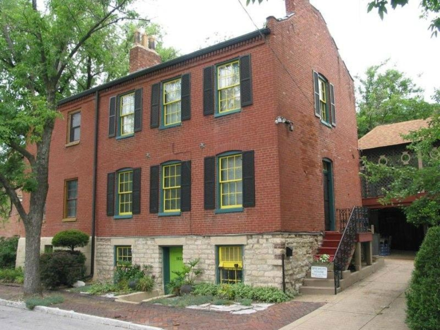 A large brick building at Brewers House Bed and Breakfast.