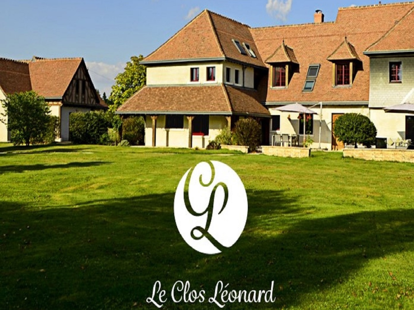 A large lawn in front of a house at Le clos Leonard.