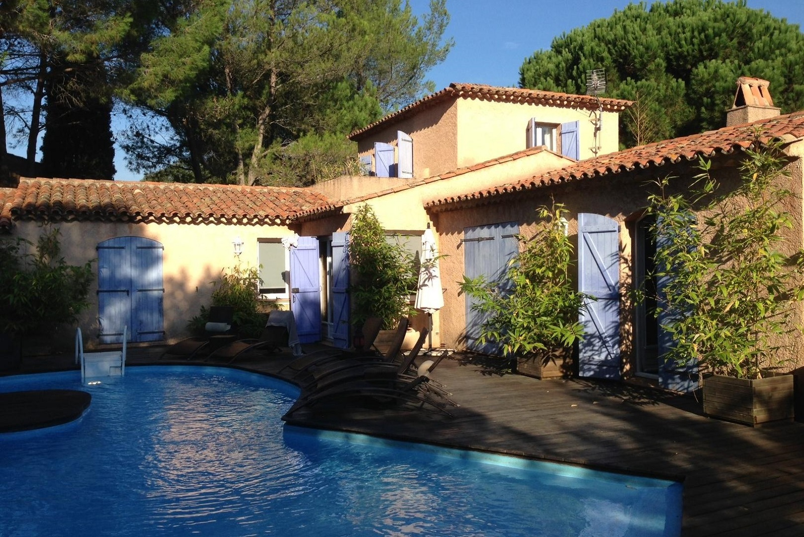 A house with a pool in front of a building at Le Mas d'Olivier.