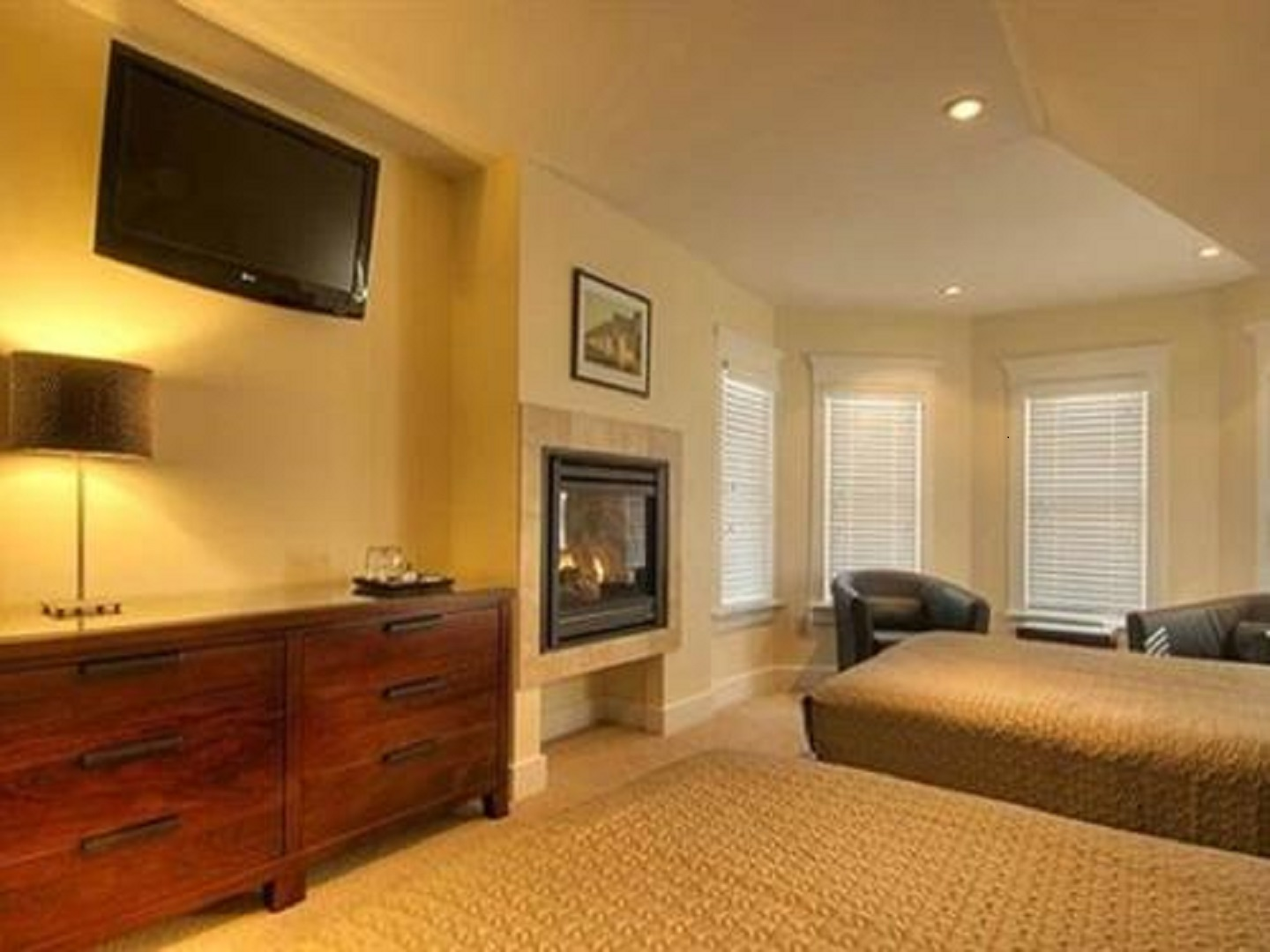 A living room filled with furniture and a flat screen tv at Lotus Guest House.