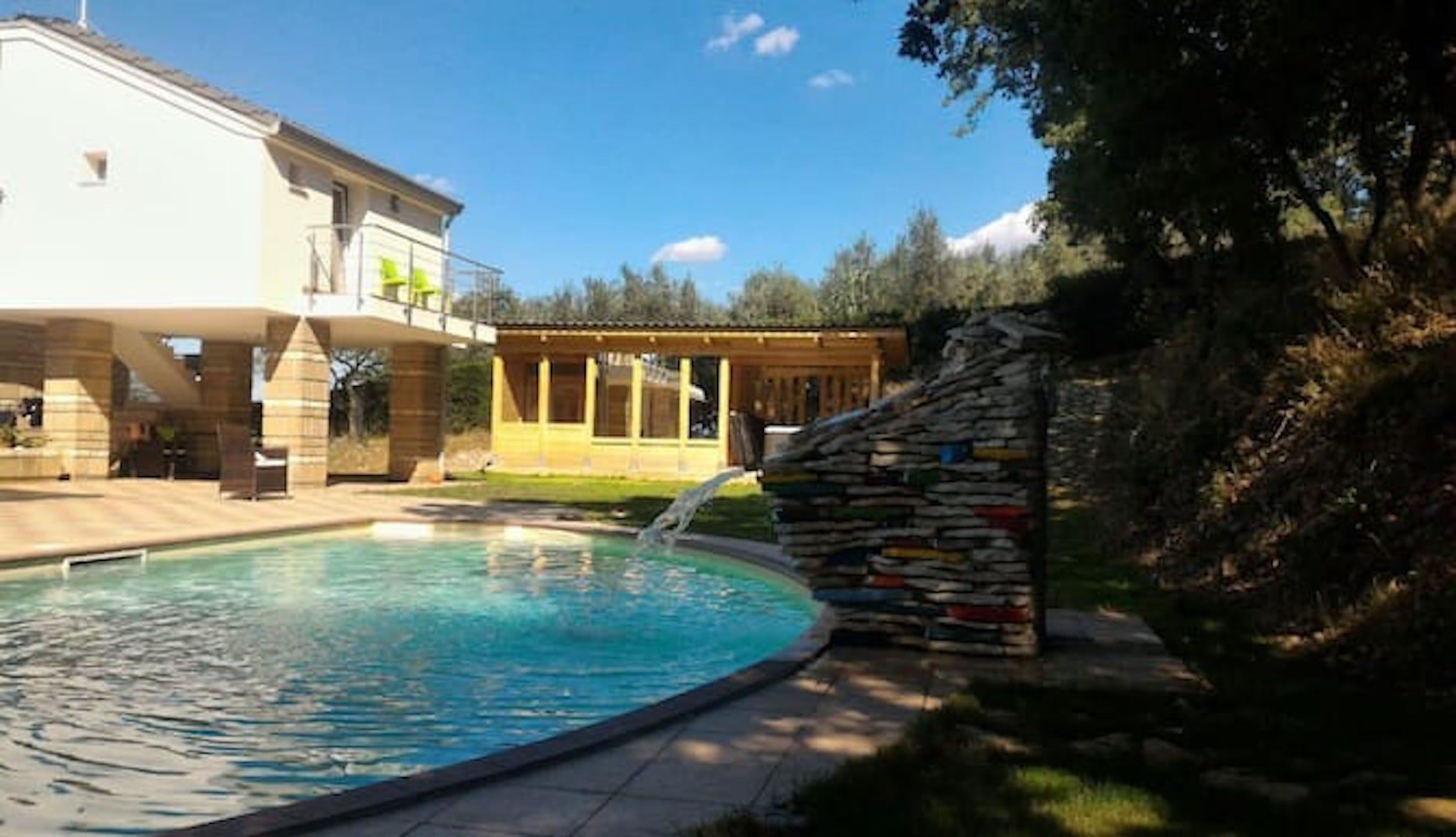 A large pool of water at Fabula Ventis B&B Resort.