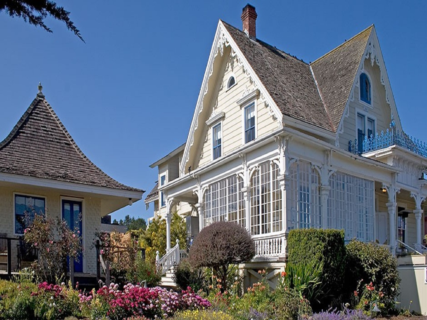 A statue in front of a house at Mendocino Inn & Guest House.