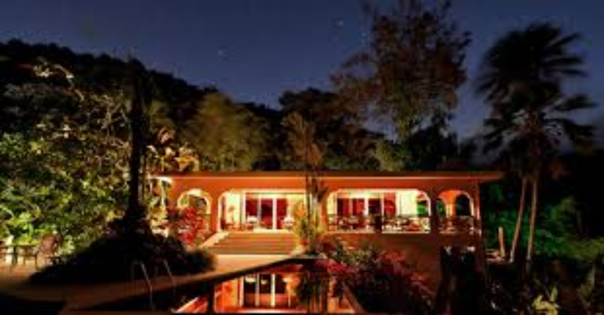 A house with trees in the background at Casa Flamboyant.