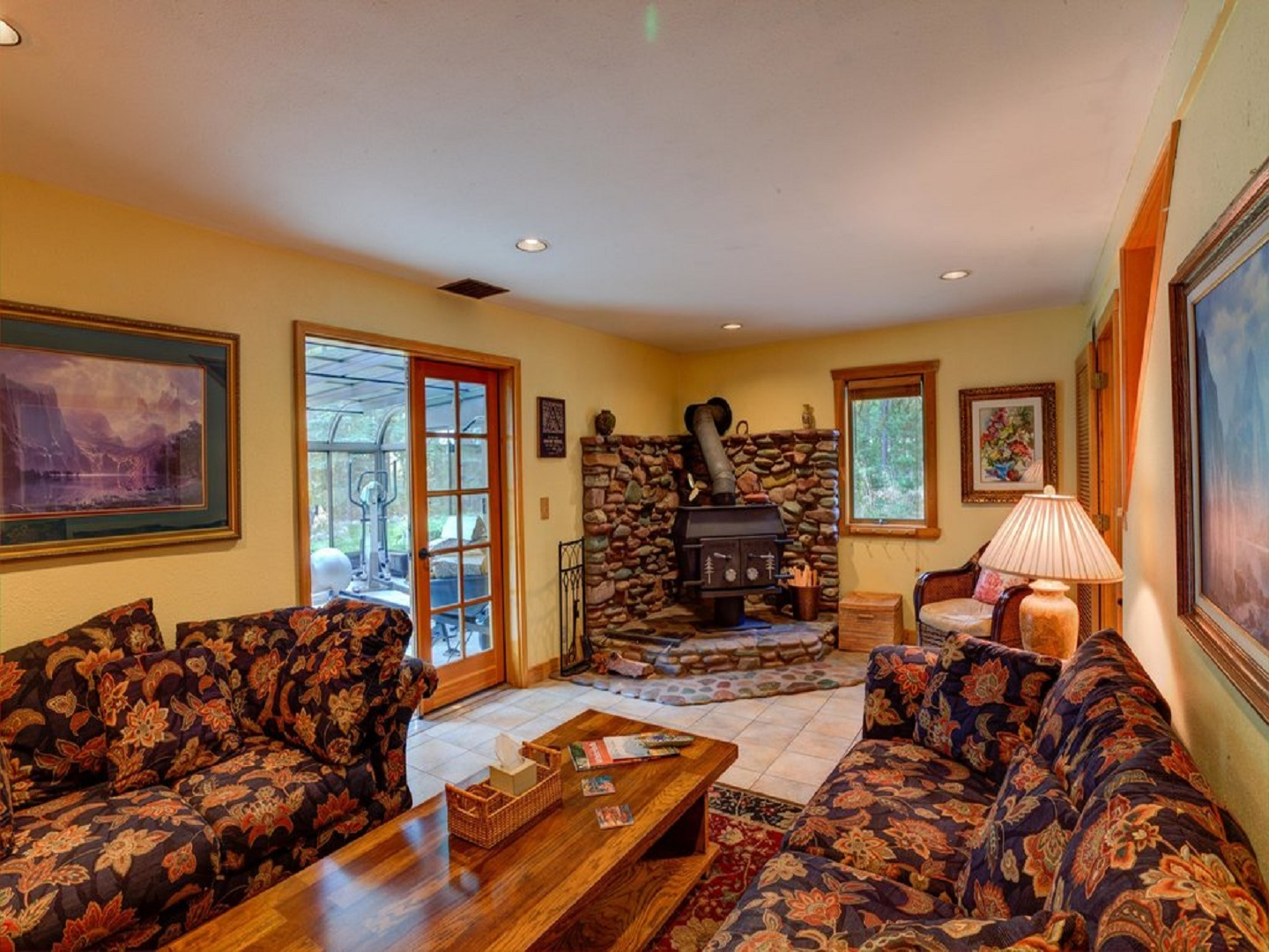 A living room filled with furniture and a fire place at Moss Mountain Inn B&B.