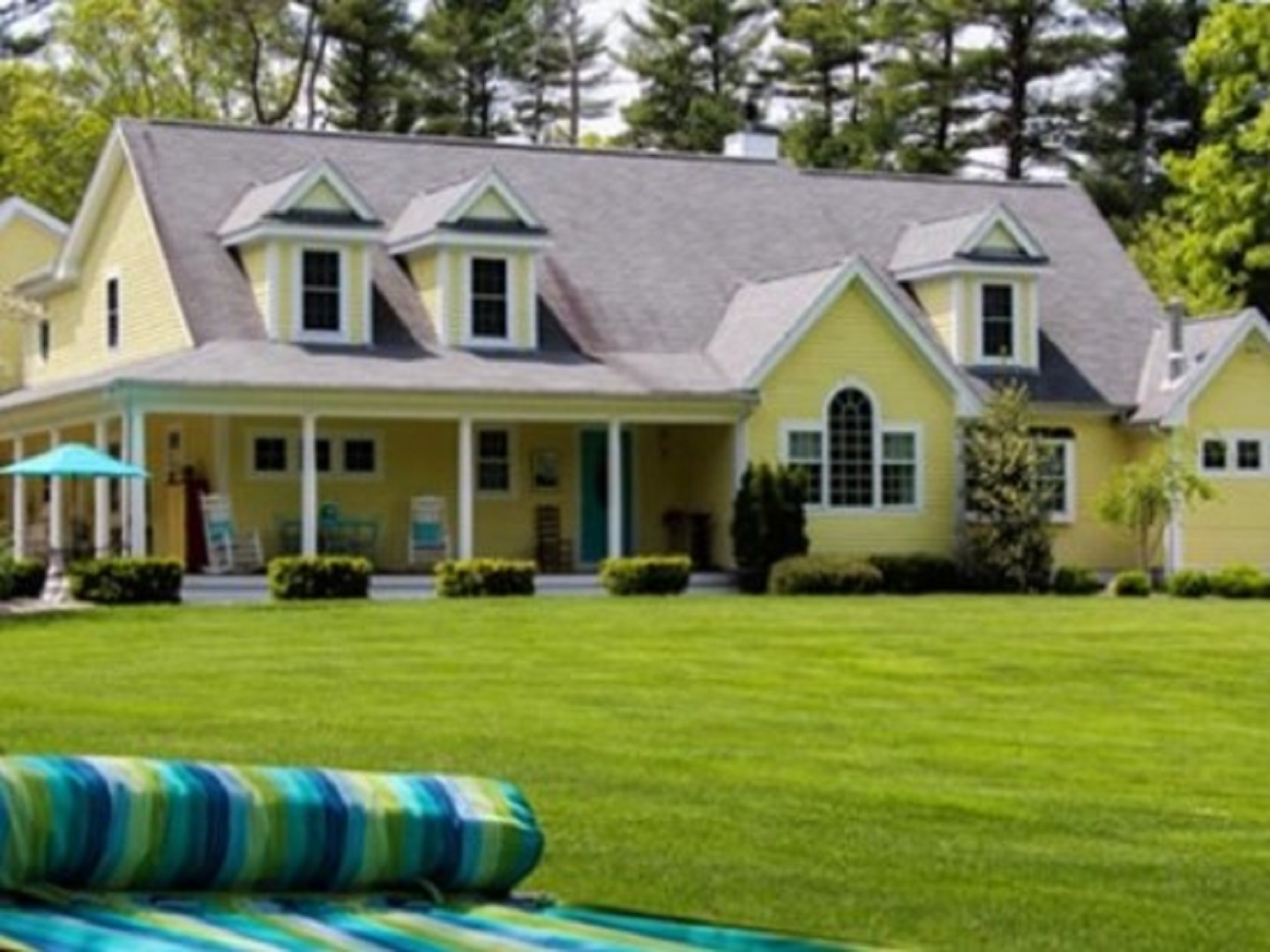 A house with a lawn in front of a building at Ahh...Qua Bed and Breakfast.
