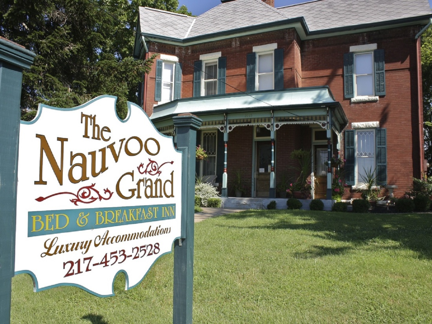 A sign in front of a building at Nauvoo Grand Bed & Breakfast.